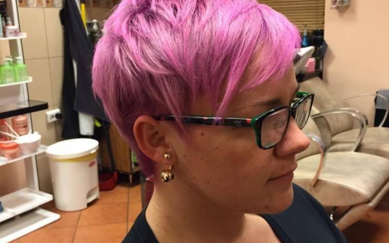 Christinank megunta lila haját..